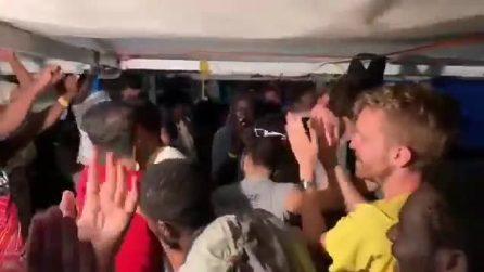 L'esultanza a bordo della Open Arms dopo la notizia dell'ok allo sbarco