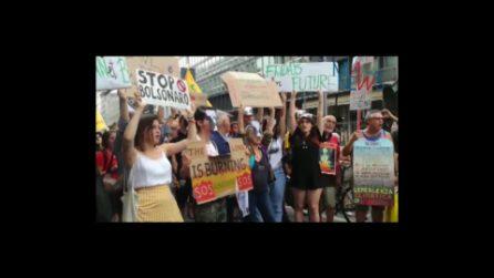"""""""Bolsonaro assassino"""": la protesta di Fridays for Future davanti al consolato del Brasile a Milano"""