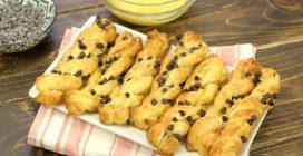 Treccine e fiocchi di pasta sfoglia: 2 idee sfiziose per uno snack pronto in pochissimo tempo!