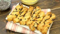 Puff pastry bows: ready with just 3 ingredients!
