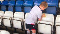 Il Bury FC sta per fallire, tifosi puliscono lo stadio come ultimo disperato gesto d'amore