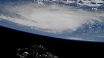 La ripresa dalla Stazione Spaziale mette i brividi: le immagini del gigantesco uragano
