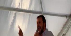 """Lega, coro giovani mentre parla Salvini: """"Di Maio torna al S.Paolo"""""""
