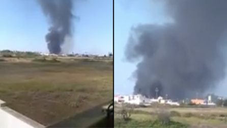 Lecce, terribile incendio in un deposito: fumo nero e fiamme alte