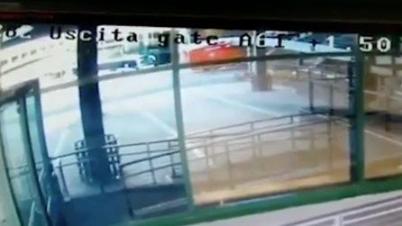Malpensa, camion dei Vigili del Fuoco si schianta contro il passaggio degli imbarchi