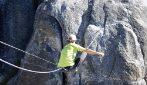 Cammina sulla corda a mille metri d'altezza e senza funi di sicurezza: la camminata è estrema