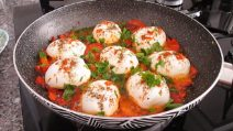 Cheesy boiled eggs: all your tasty meal in a skillet