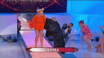 Gemma Galgani come Marilyn Monroe, ma Tina le alza il vestito