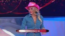 Uomini e Donne trono over: Veronica criticata per la sfilata in jeans