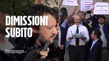 """Salvini contro Raggi in Campidoglio. Il M5s beve mojito: """"Qui non è il Papeete"""""""