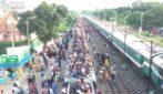 Il treno è strapieno, le persone salgono sul tetto: l'assurdo video dal Bangladesh