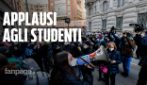 """Milano, finisce l'occupazione del Manzoni tra gli applausi dei genitori: """"Meglio occupare che la dad"""""""