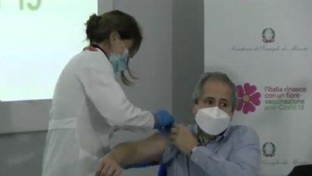 Andrea Crisanti si vaccina contro il Coronavirus in diretta Facebook