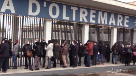 Napoli, lunga fila alla Mostra D'Oltremare per il vaccino