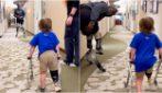 L'atleta paralimpico incoraggia un bambino con la sua prima protesi: la vera forza di un campione