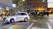 """Guerra di palle di neve a Madrid: decine di persona """"assaltano"""" auto della polizia"""
