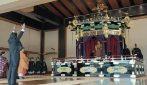 """Viene incoronato imperatore del Giappone: il primo ministro urla """"Banzai"""" alla fine della cerimonia"""