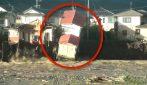 Giappone, il momento in cui il tifone fa crollare una casa