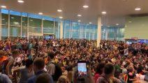 Catalogna, migliaia di persone cantano 'Bella Ciao' in aeroporto