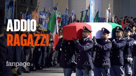 Trieste saluta gli agenti Demenego e Rotta, un fiume di gente nel giorno dei funerali solenni