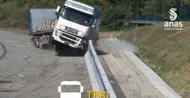 Crash test con auto e tir, la barriera spartitraffico è indistruttibile