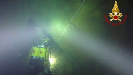 Sotto la cascata si nasconde una grotta subacquea spettacolare: le immagini dei vigili del fuoco