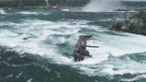 Una grossa nave emerge dall'acqua delle cascate del Niagara