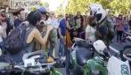 Cile, il poliziotto piange e il manifestante lo abbraccia: la scena commovente durante il corteo