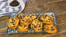 Girelle di pasta sfoglia con ricotta e gocce di cioccolato: cremose, facili e pronte in 20 minuti!