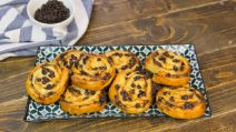 Ricotta and chocolate chips puff pastry rolls up: quick and delicious!