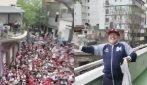 I tifosi avversari accolgono Maradona e Diego balla
