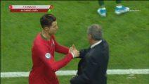 Cristiano Ronaldo, c'è sostituzione e sostituzione... Abbraccio con Santos