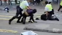 Hong Kong, agente di polizia spara su un manifestante all'addome