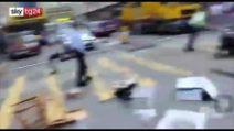 Hong Kong, poliziotto spara a un manifestante. VIDEO