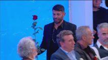 Uomini e Donne trono over: Tina manda una rosa rosa a Juan Luis