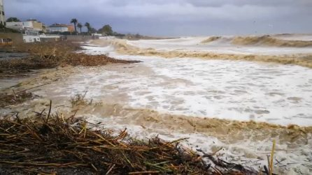 Nubifragio a Santa Marinella: l'alta marea inonda le spiagge e lambisce le strade