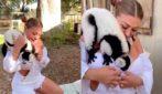 """Viene """"attaccata"""" da un lemure: la sexy modella cerca di proteggersi"""