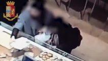 Anziano derubato in una panetteria nel centro di Milano: il video che incastra le due ladre