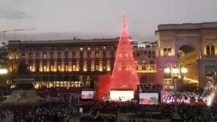 Milano, luci ed effetti speciali: l'accensione dell'albero di Natale in piazza Duomo è uno show