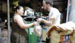 Dona ogni sera il pane invenduto ai bisognosi: la forza di un vero atto d'amore