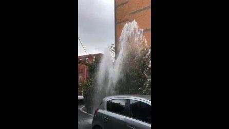 Napoli, esplode il tubo dell'acqua: la strada come un geyser