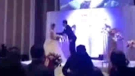 Si vendica della moglie mostrando il video del suo tradimento il giorno del matrimonio