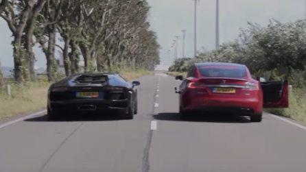 La sfida di velocità tra una Lamborghini e una Tesla