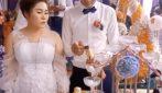 Lo sposo maldestro che mette in pericolo la sposa: il tappo dello champagne la colpisce in faccia