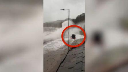 几公里的高风将汽车淹没