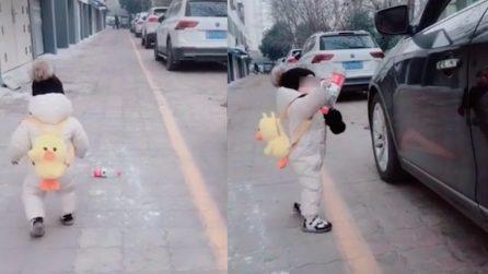 不文明的驾驶者将一岁婴儿窗户上的奶瓶扔给他
