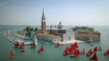 Il rosso di Melissa McGill, dalla parte della Laguna veneziana