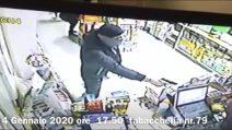 Ladri provano a rapinare una tabaccheria: vengono picchiati e cacciati dal proprietario