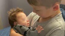 Dedica al fratellino down la sua canzone preferita: la dichiarazione d'amore che ha emozionato tutti