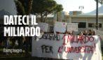 """Roma, ricercatori incatenati all'università: """"Promesse tradite, manca 1 miliardo di finanziamento"""""""